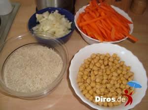 Плов - Лук, нашинкованная морковка, рис и таджикский горох.